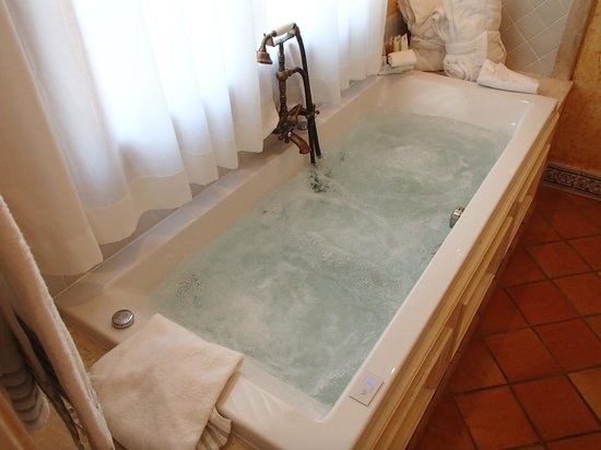Forte Village Resort - Waterfront Suites : Jacuzzi for two