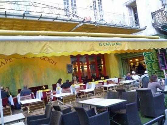 Place du Forum : Cafe la Noit