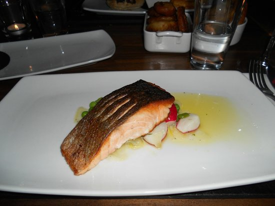 Tempus Bar & Restaurant: Salmon