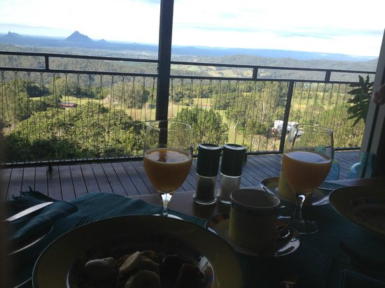 Braeside Bed & Breakfast : Breakfast overlooking the Glasshouse Mountains