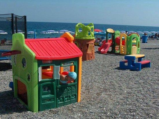 Stabilimento Balneare Calimero : area giochi più ombrelloni