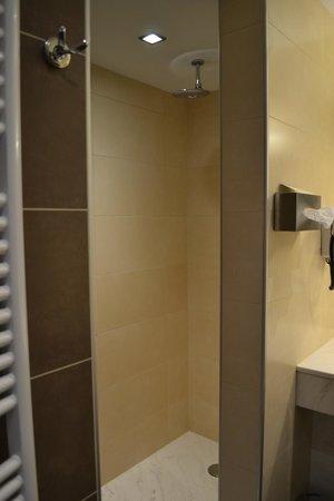 Hotel Melba : Roomy shower