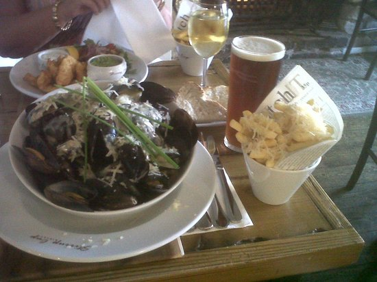 The Stirrup Cup: A huge plate of mussels with fries