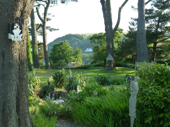 Talland Bay Hotel: View of the gardens from our bedroom window