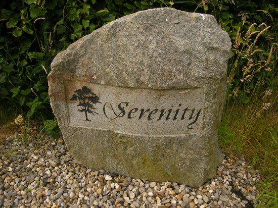 Serenity Country Escape B&B: stone on the entrance