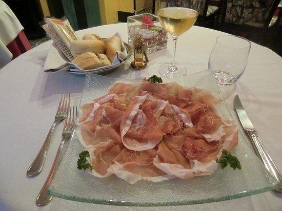 Hotel Friuli: 普通にアンティパストミスト・トスカーナもちろん地元のお奨め前菜が有ります。