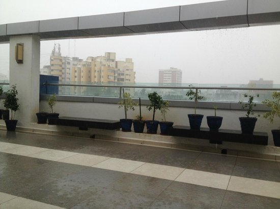 Hampton by Hilton Vadodara-Alkapuri: Under the overhang on the fourth floor, I could enjoy the monsoon rain.