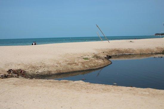 Zara Beach Resort: Die übelriechende Kloake / River - hinten das Meer