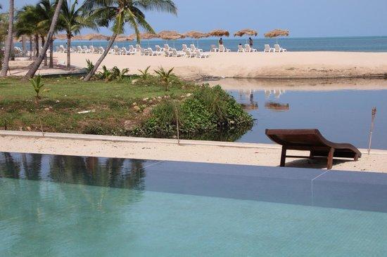 Zara Beach Resort : Vom Pool direkte Sicht auf den übelriechenden River und Meer