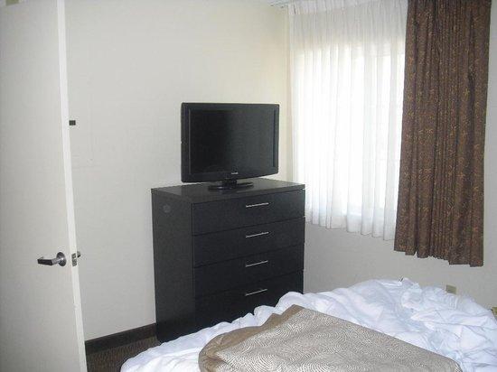 Candlewood Suites Phoenix : Fernseher im Schlafraum