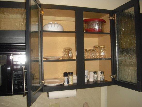 Candlewood Suites Phoenix: Geschirrschrank