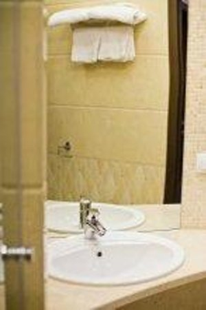 Leningrad Hotel: Bathroom