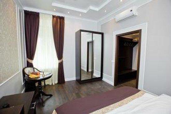 Leningrad Hotel: Room