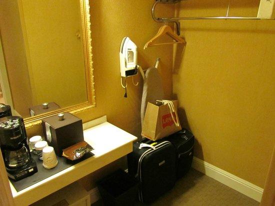 The Dylan at SFO: Zona de infusiones y para dejar las maletas