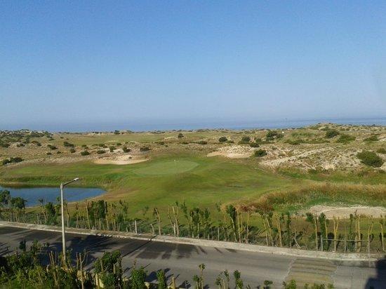 MH Atlantico Golf: Campo de golf, carretera de acceso al hotel y mar, desde la terraza