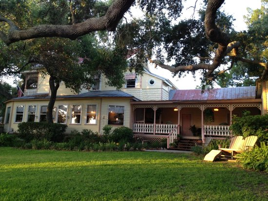 Cedar Key Bed and Breakfast: The breakfast room and porch, viewed from the swing