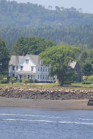 A Seafaring Maiden Bed and Breakfast: view of Seafaring Maiden from Annapolis Royal river edge
