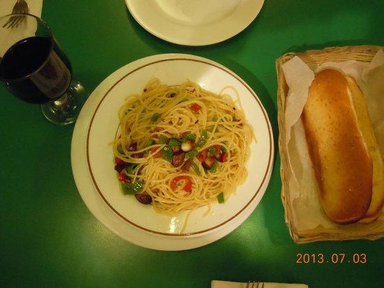 Vitale's: ガーリック・スパゲティ、パンが付いていました。