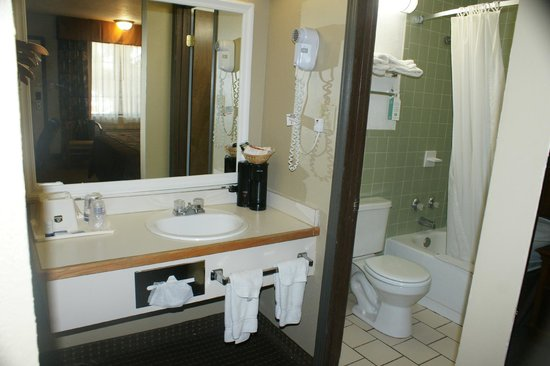 Raintree Inn: Bathroom