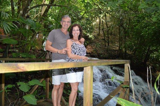 Cascadas Farallas Waterfall Villas : Along side waterfall