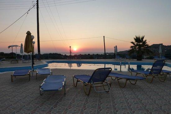 Marianthi Hotel, Studios & Apartments: Pool at sunset