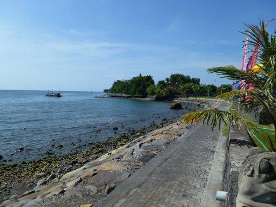 Kelapa Lovina Beach Villas Bar & Resto: Stranspromenade neben dem Hotel
