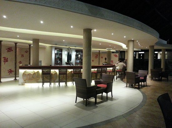 Amani Tiwi Beach Resort: Main bar area - great, but limited seating