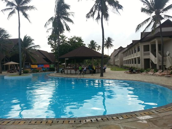Amani Tiwi Beach Resort: View back from ocean to hotel