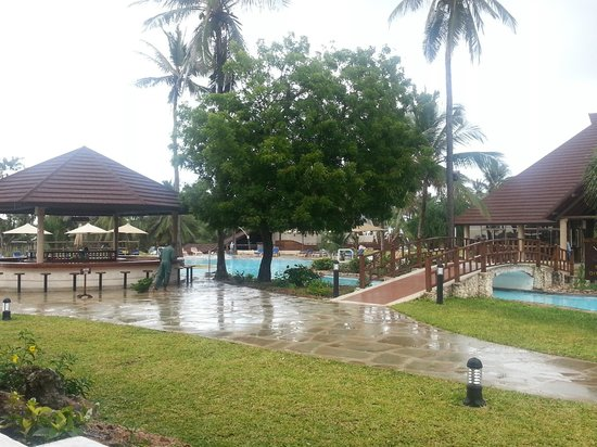 Amani Tiwi Beach Resort: View from room - pool and outside bar