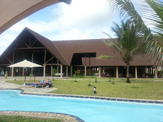 Amani Tiwi Beach Resort: View from room accross pool to main area