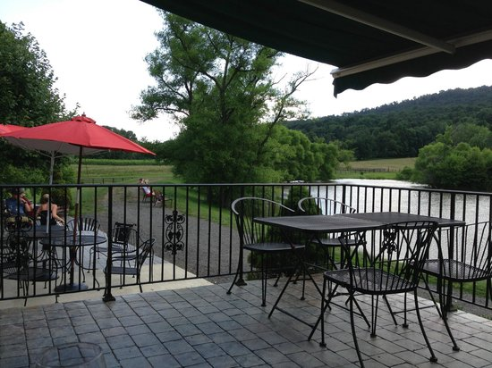 Doukenie Winery: View from Heritage Club patio to your left