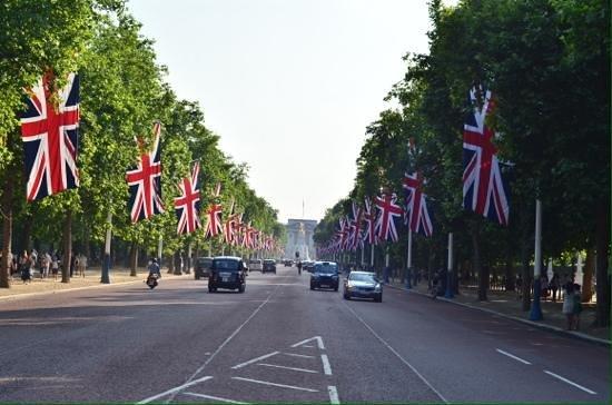 SANDEMANs NEW Europe - London: Pall mall towards buckingham palace.