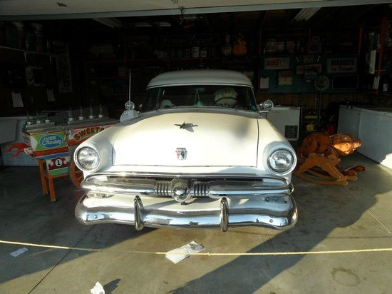Oink's Dutch Treat: The garage with an antique car