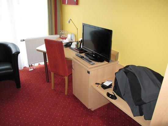 Quality Hotel Muenchen Messe: Espace bureau et écran plat (France 24 disponible)