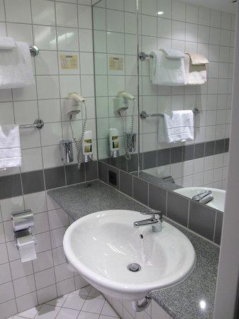 Quality Hotel Muenchen Messe: Salle de bain avec sèche cheveux