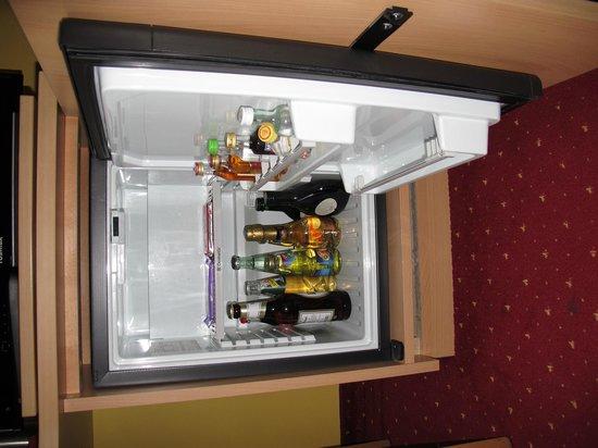 Quality Hotel Muenchen Messe: Frigo dans la chambre