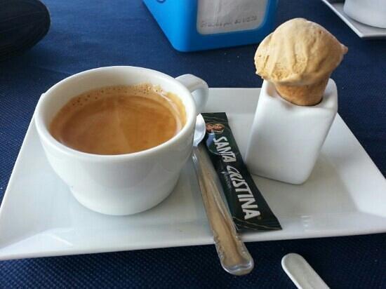 Pepe Oro Bar Restaurant: lovely coffee and ice cream.