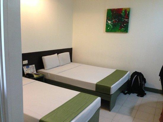 โรงแรมปิแอร์ คัวโตร: our small but tidy room