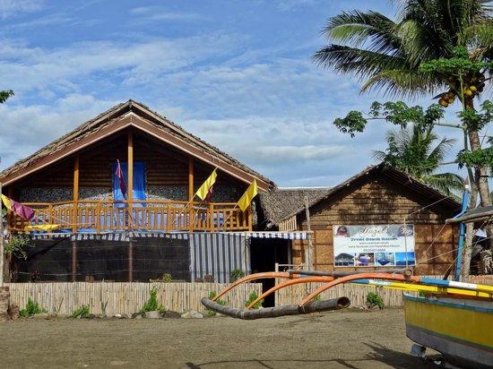 Hazel's Beach Resort: Beach Front