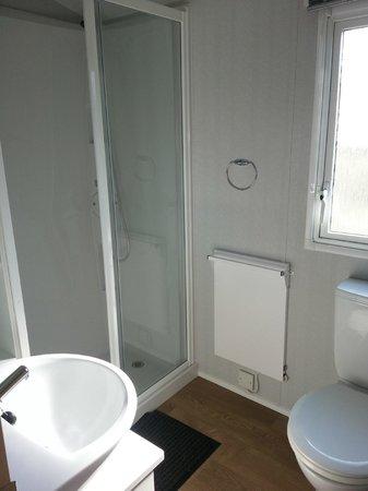 Devon Cliffs Holiday Park - Haven: shower room