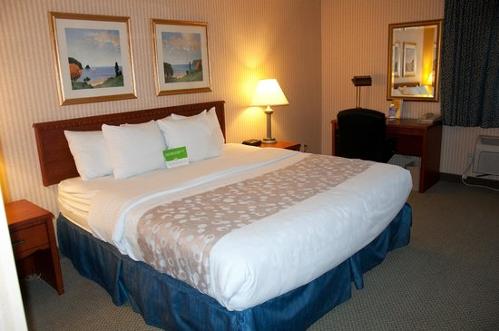 La Quinta Inn & Suites Stevens Point: King Room- Bed area