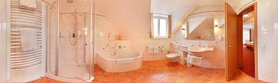 Hotel Kriemhild: Suite 301 Bath (Panorama)