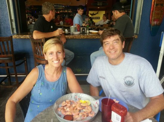 Hurricane Dockside Grill: Fun and very casual outdooor dining