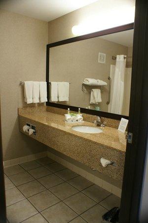 Holiday Inn Express O'Neill: Bathroom