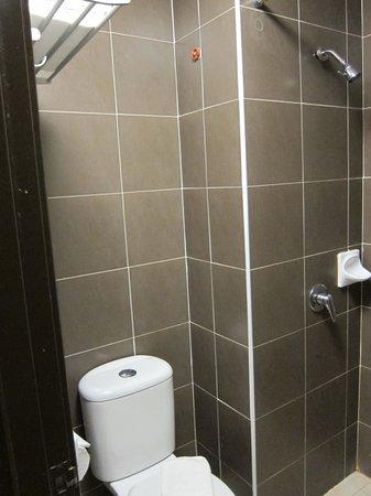 Bayu Marina Resort: Second bedroom's toilet & shower