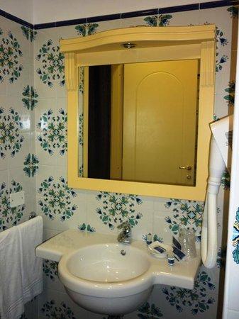 Astoria Hotel: baño