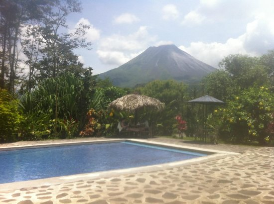Hotel Kokoro Arenal: View from the pool of Arenal volcano.