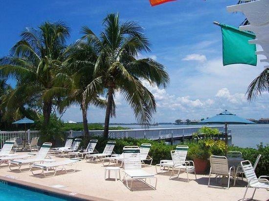 Tradewinds Beach Resort: Pool/Bay
