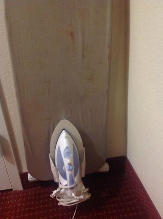 Howard Johnson Atlanta Airport: Are those poop stains on the ironing board?