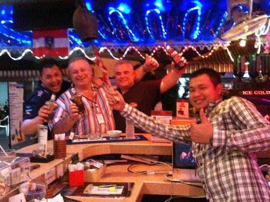 Oasis Bar: Cheers!!!